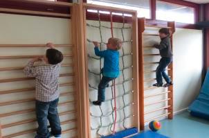 Kletternde Kinder